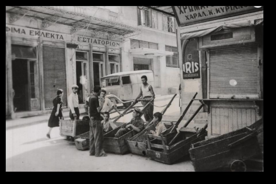 Παιδιά με καρότσι περιμένουν να εργαστούν στην αγορά. - Εικόνα 1