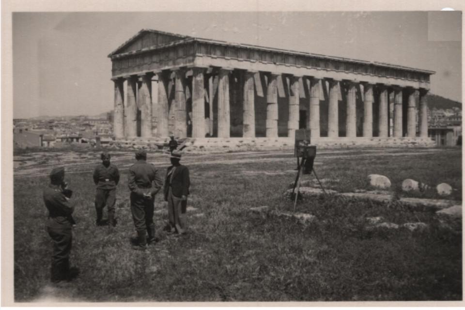 Στρατιώτες με πλανόδιο φωτογράφο στο Θησείο (Ναό του Ηφαίστου) - Εικόνα 3